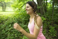 Sporty женщина бежать outdoors в парке стоковое изображение rf