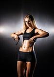 Sporty женщина в sportswear делая тренировку детандера Стоковые Фото