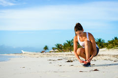 Sporty женщина готовая для бежать на тропическом пляже Стоковые Изображения RF