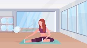 Sporty женщина делая протягивающ тренировку девушки тренировок в концепции образа жизни аэробной разминки спортзала здоровой плос иллюстрация штока