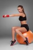 Sporty женщина делая аэробную тренировку Стоковое Изображение