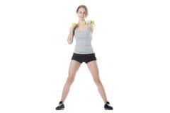 Sporty женщина делая тренировку гантели Стоковое Изображение