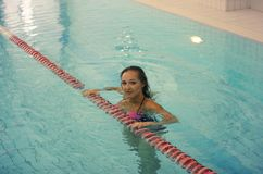sporty женщина изображение маленькой девочки стоя в воде в крытом бассейне Стоковое Изображение RF