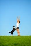 Sporty женщина и собака празднуя успех разминки стоковое фото rf