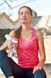 Sporty женщина отдыхая после jogging с bootle воды Стоковая Фотография RF