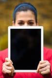 Sporty женщина показывая пустой цифровой экран таблетки Стоковое фото RF