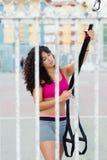 Sporty женщина подготавливая ремни trx фитнеса для разминки стоковое фото rf