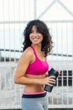 Sporty женщина принимая остатки для питьевой воды стоковые фото