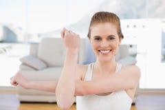 Sporty женщина протягивая руки в студии фитнеса Стоковое Фото
