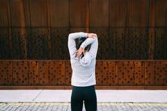 Sporty женщина протягивая трицепс стоковые фотографии rf