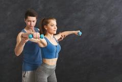 Sporty женщина работая с ее личным тренером Стоковая Фотография RF