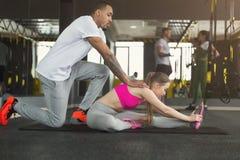 Sporty женщина работая с ее личным тренером Стоковые Изображения