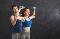Sporty женщина работая с ее личным тренером Стоковое Изображение