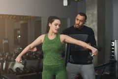 Sporty женщина работая с ее личным тренером Стоковые Фотографии RF