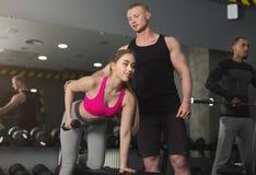 Sporty женщина работая с ее личным тренером Стоковые Фото