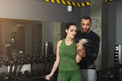 Sporty женщина работая с ее личным тренером Стоковые Изображения RF