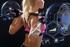 Sporty женщина работая с штангой от задней части стоковые фото