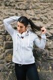 Sporty женщина связывая ponytail во время остатков разминки стоковая фотография