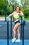 Sporty женщина с идеальным атлетическим телом представляя на sportsground стоковое изображение rf