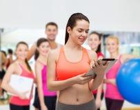 Sporty женщина с компьютером ПК таблетки Стоковые Изображения