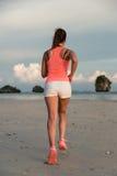 Sporty женщина фитнеса бежать на пляже Стоковые Фото
