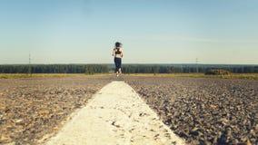 Sporty женщина jogging на дороге сток-видео
