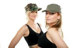 2 sporty женщины в воинских крышках Стоковые Изображения RF