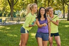Sporty женщины делая selfie в парке Стоковые Фото