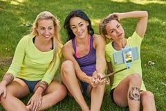 Sporty женщины делая selfie в парке Стоковая Фотография RF