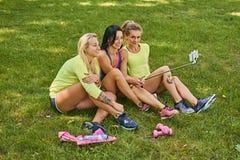 Sporty женщины делая selfie в парке Стоковая Фотография