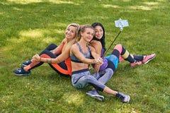 Sporty женщины делая selfie в парке Стоковое Изображение RF