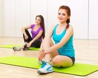 2 sporty женщины на фитнес-клубе Стоковое Фото