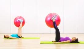 2 sporty женщины на фитнес-клубе Стоковое Изображение