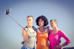 Sporty женщины представляя и принимая selfies с selfiestick Стоковые Изображения