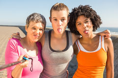 Sporty женщины представляя и принимая selfies с selfiestick Стоковое Фото