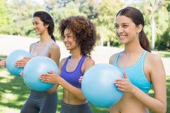 Sporty женщины работая с шариками медицины Стоковое Изображение RF