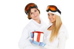 Sporty женщины с подарочной коробкой. Стоковые Фотографии RF