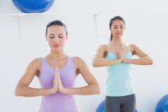 Sporty женщины с соединенными руками в студии фитнеса Стоковые Изображения