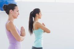 Sporty женщины с соединенными руками в студии фитнеса Стоковые Фотографии RF