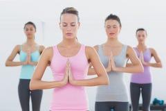 Sporty женщины с соединенными руками в студии фитнеса Стоковое Фото