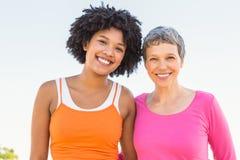 2 sporty женщины усмехаясь на камере Стоковое Фото