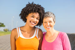 2 sporty женщины усмехаясь на камере Стоковые Изображения RF
