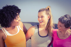 Sporty женщины усмехаясь на одине другого Стоковые Фото