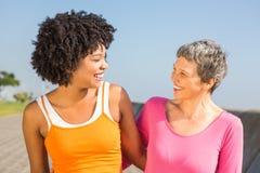 2 sporty женщины усмехаясь на одине другого Стоковые Изображения RF