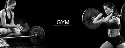 Sporty и подходящая белокурая женщина с гантелью работая на черной предпосылке для того чтобы остаться подходящий Мотивировка раз Стоковое Изображение RF
