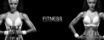 Sporty и подходящая женщина с гантелью работая на черной предпосылке для того чтобы остаться подходящий Мотивировка разминки и фи Стоковое Изображение