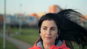 Sporty красивая девушка в sportswear jogging в парке города акции видеоматериалы
