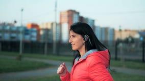 Sporty красивая девушка в sportswear jogging в парке города сток-видео