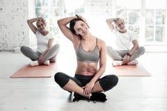 Sporty люди протягивая их шеи на фитнес-клубе Стоковое Изображение