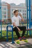 Sporty, молодой, милый, здоровый мальчик играет баскетбол на спортивной площадке спорт на солнечном летнем дне Спорт, стоковая фотография